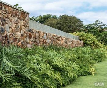 Muro rústico com paisagismo decorado