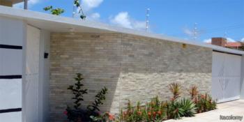 Facha de casa decorada com pedra canjiquinha branca e bege